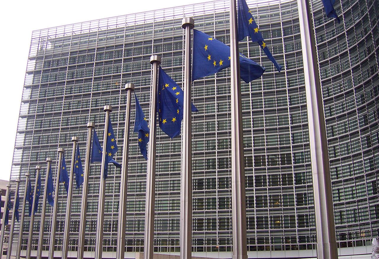 1280px-Banderas_europeas_en_la_Comisión_Europea